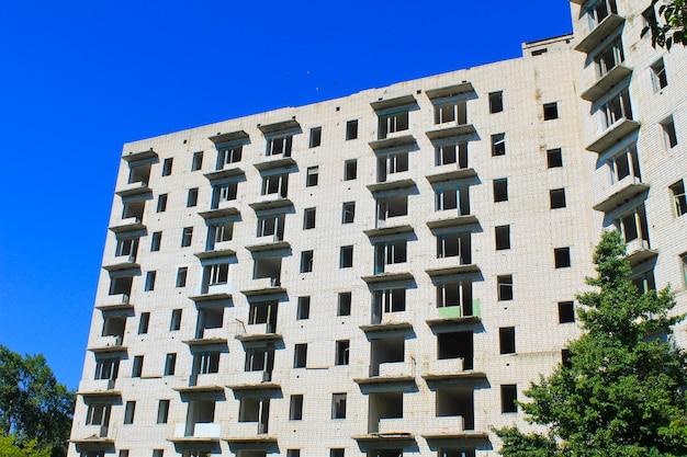 Заброшенный многоэтажный дом в украине