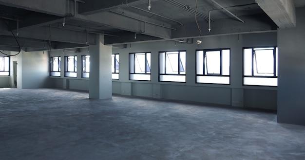 낡고 더러운 바닥과 벽에 버려진 사무실 방과 창문 주위와 실내 촬영.