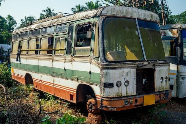 Заброшенный старый автобус на свалке