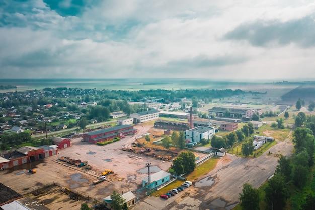 高さからベラルーシの雨の大気の日のビューで放棄された古い企業