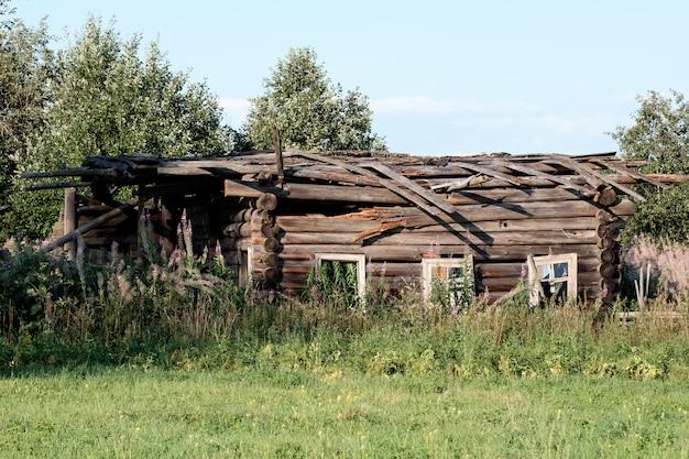 村の放棄された古い家