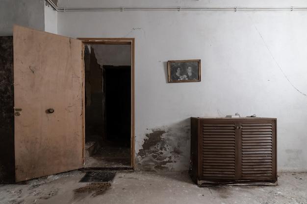 벽에 초상화와 함께 버려진 된 오래 된 집