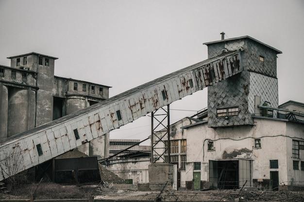 버려진 된 오래 된 산업 빌딩
