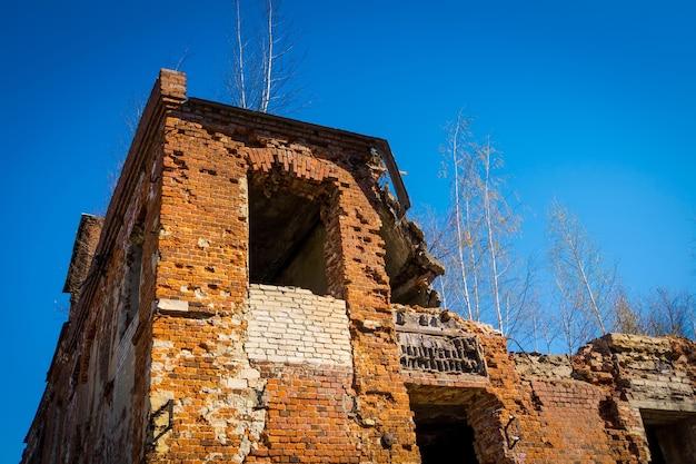Заброшенное старое разрушенное здание в сельской местности, гранж-фон.