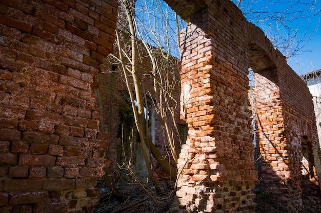 Заброшенное старое разрушенное здание в сельской местности, гранж.
