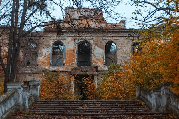 버려진 오래 된 무서운 할로윈 집.