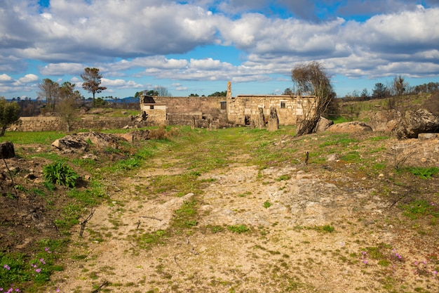 ポルトガルの中心部にある農家の放棄された部分