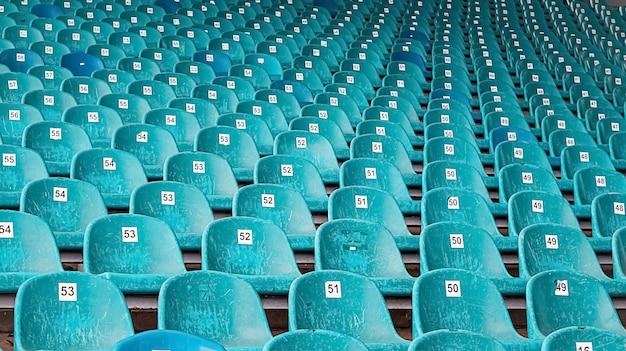 番号の付いた古い青いプラスチックシートの列がある放棄された前提。