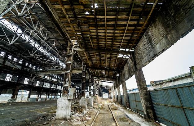 Заброшенное разрушенное здание промышленного завода, руины и концепция сноса.