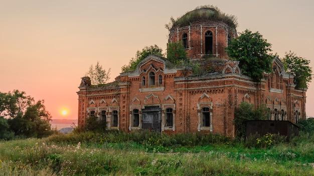 夕方に放棄された田舎の教会。ロシア