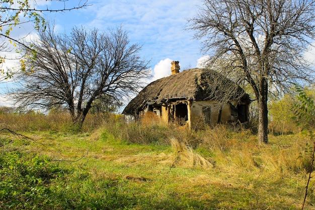 우크라이나의 버려진된 시골 집