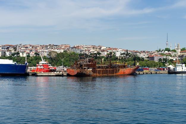 Заброшенный ржавый корабль возле береговой линии