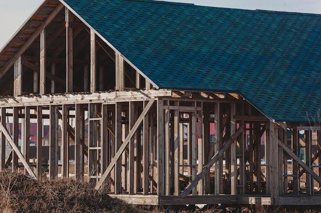 放棄された未完成の空の家窓なし、放棄された建設コンセプト