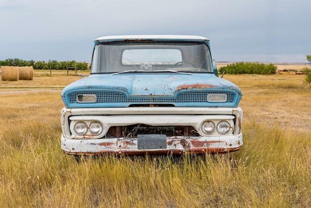 サスカチュワンの大草原で放棄されたヴィンテージの青と白のピックアップトラック