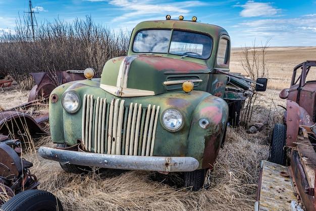 カナダの大草原で放棄されたヴィンテージグリーンの2トントラック