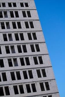 Заброшенное белое здание