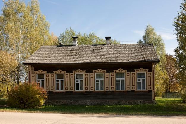 Заброшенный деревянный дом в мертвой деревне. золотая осень. старая деревенская архитектура. фото высокого качества