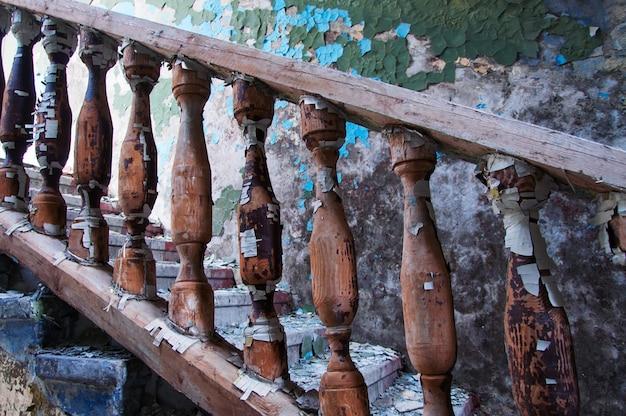 放棄された木製の手すり