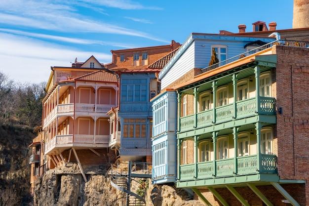 Абанотубанский район с деревянными резными балконами в старом городе тбилиси, грузия.
