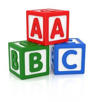 Буквы abc из детских игрушек, цветные блоки с буквами алфавита.