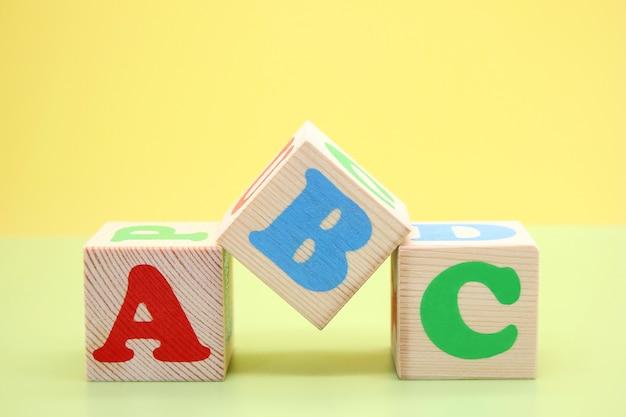 Abc-木のおもちゃのキューブの英語のアルファベットの最初の文字。