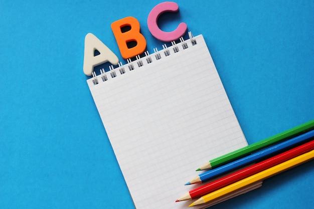 Abc-青の上の英語のアルファベットの最初の文字