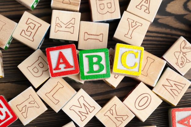 木製テーブルの上のアルファベットブロックabc