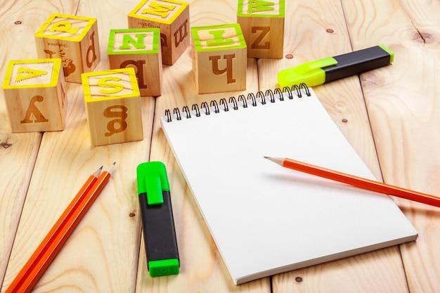 Abc алфавит с бумажной записной книжкой