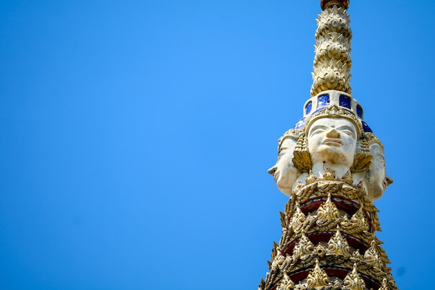 塔の上は梵天像abdの青い空の像です。