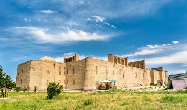 우즈베키스탄 부하라의 압둘라 칸 마드라사. 중앙 아시아