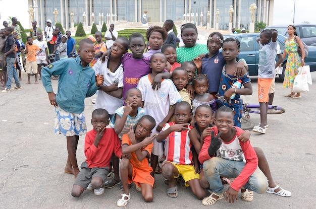 Abidjan - 아이보리 코스트 - 2015년 12월 1일: 아이보리 코스트의 아이들, 아이보리 코스트의 거리에서 포즈를 취하는 미확인 소년 소녀들