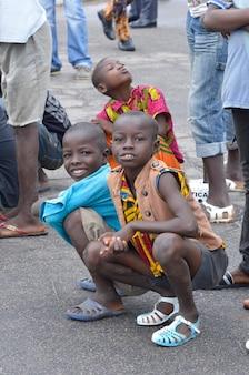 아비장 - 아이보리 코스트 - 2015년 12월 1일: 카메라를 직접 바라보는 10세 아이보리엔 아이들, 웃고 있는 귀여운 아프리카 아이의 초상화