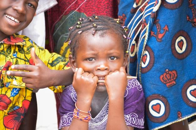 아비장/아이보리 코스트 - 2015년 12월 1일: 4세 아이보리앙 소녀, 웃고 있는 귀여운 아프리카 아이의 초상화
