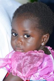 아비장/아이보리 코스트 - 2015년 12월 1일: 웃고 있는 4세 아이보리엔 소녀, 웃고 있는 귀여운 아프리카 아이의 초상화
