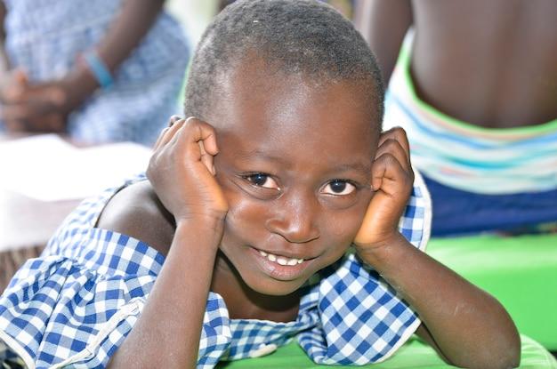 아비장/아이보리 코스트 - 2015년 12월 1일: 웃고 있는 8세 아이보리엔 여학생, 웃고 있는 귀여운 아프리카 아이의 초상화