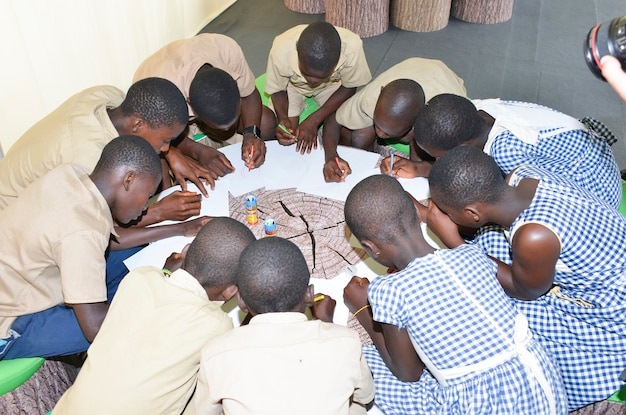 아비장/아이보리 코스트 - 2015년 12월 1일: 백서에 그림을 그리는 8세 아이보리엔 학생.
