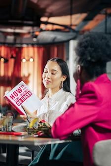 О поисках любви одинокая темноволосая успешная бизнес-леди читает книгу о поисках любви
