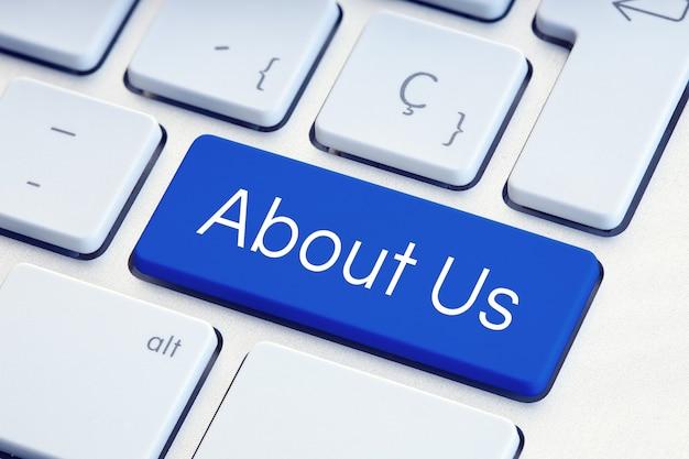 О нас слово на синей клавише клавиатуры компьютера