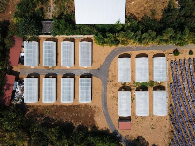 Выше выращиваемой теплицы на плантации. органическая сельскохозяйственная ферма в сельской местности