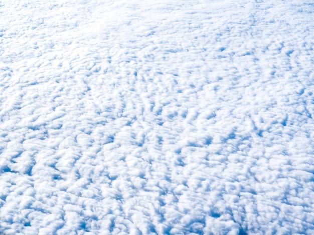 구름 위, 비행기 창에서 놀라운 하늘보기
