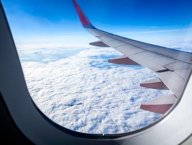 구름 위, 비행기 날개가있는 놀라운 하늘, 비행기 창에서보기