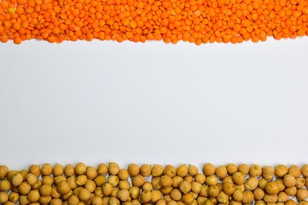 フレームの上にはレンズ豆があり、下にはひよこ豆があります碑文の場所があります