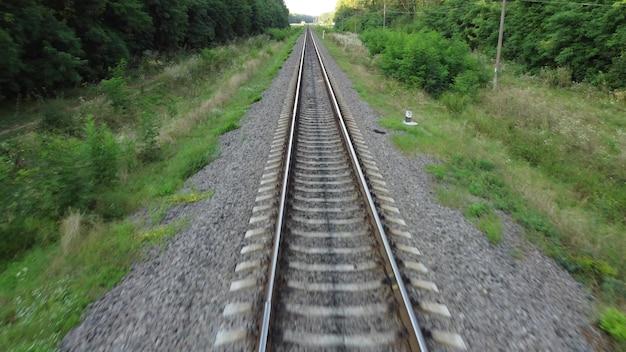 Над железнодорожными путями. дорога для поездов.