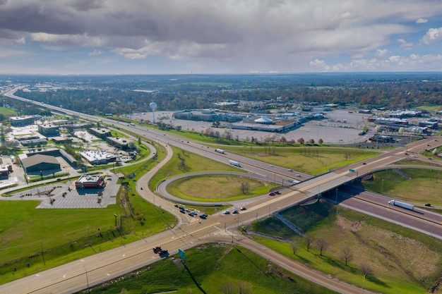 Аэрофотоснимок дороги над транспортной развязкой с движением автомобилей транспортной отрасли недалеко от фэрвью-хайтс, штат иллинойс, сша