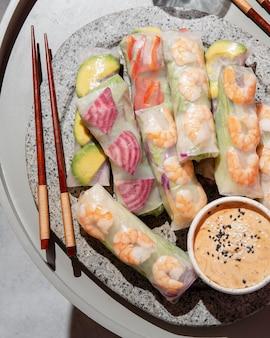 접시에보기 아시아 음식 위