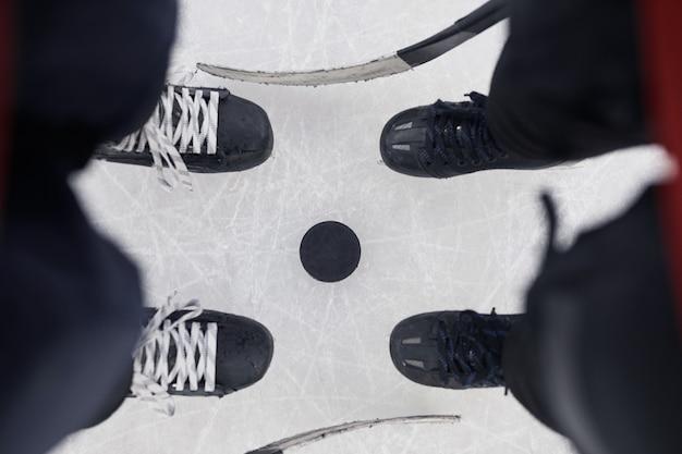 Выше вид фона двух неузнаваемых хоккеистов, стоящих