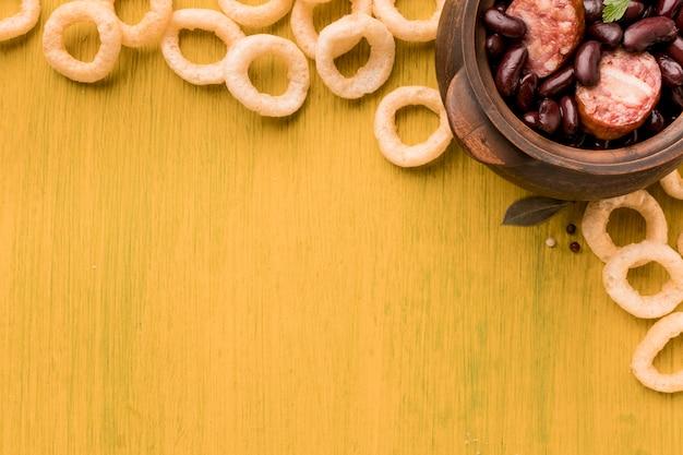 上から見た豆とソーセージの料理