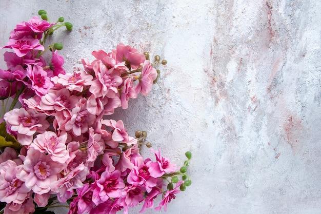 上図白い表面に美しいピンクの花