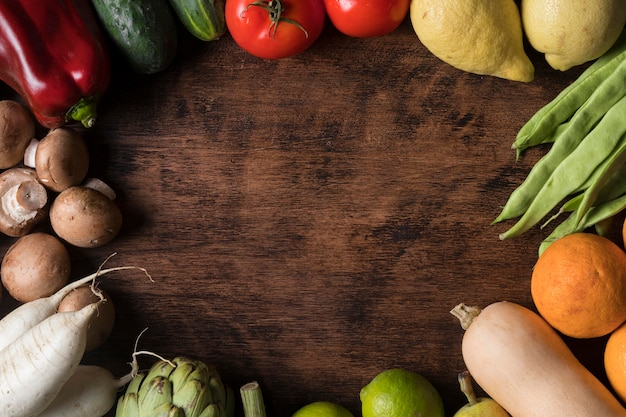 Выше вид круглая рамка для еды с овощами
