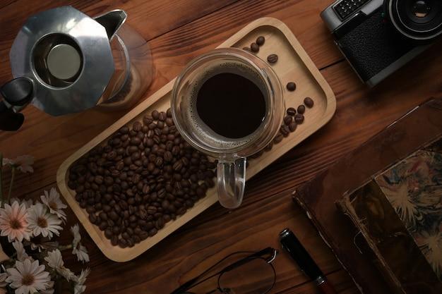 나무 테이블에 커피와 모카 포트의 보기 위에 컵.